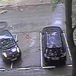 Alguém que ajuda esta pessoa a estacionar