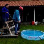 Amigos fazem uma partida ao noivo – Bungee jumping para uma piscina