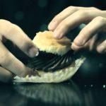 Aprendam a comer um cupcake como deve de ser
