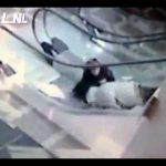 Avozinha atrapalha-se toda nas escadas rolantes