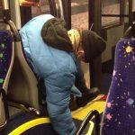 Bêbado adormece cai do banco do autocarro