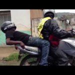 Bêbado apanha boleia de mota