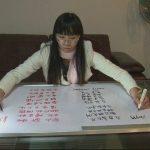 Chinesa escreve com as duas mãos em simultâneo e em duas línguas diferentes