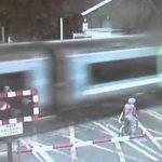 Ciclista trava mesmo a tempo de não ficar debaixo de um comboio