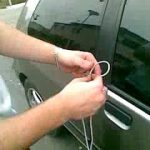 Como abrir a porta do carro se não tiver chave