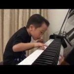 Criança de 5 anos toca piano como um adulto