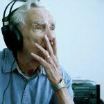 Idoso de 96 anos escreve e canta uma música para a sua esposa falecida