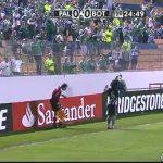Jogador de futebol acerta no bandeirinha
