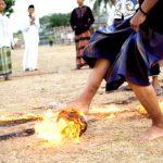 Jogar futebol…com uma bola em chamas…só mesmo na Indonésia