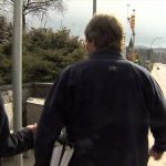 Jornalista bate contra poste durante uma entrevista