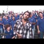 Lenny Kravitz junta-se a um coro de rua para cantar Fly Away