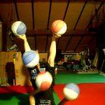 Malabarismo com 5 bolas de basquetebol