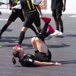 Mulher a fazer truques com uma bola de futebol