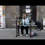 Músico de rua toca Mozart só com garrafas de vidro