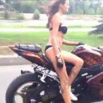 Quem disse que as mulheres não sabem andar de mota