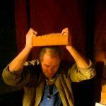 Russo tenta quebrar um tijolo com a cabeça…mas sem sucesso