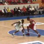 Treinador de basquetebol ajuda a equipa a fazer ponto