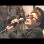 Yoko Ono canta Fireworks da Katy Perry